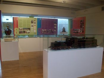 """El Museo del Ferrocarril de Madrid presta varias piezas para la exposición """"El Barrio de la Estación: Una parada en el camino"""""""