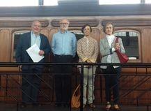 Biznietos de José Martínez de las Rivas visitan el coche-salón JMR