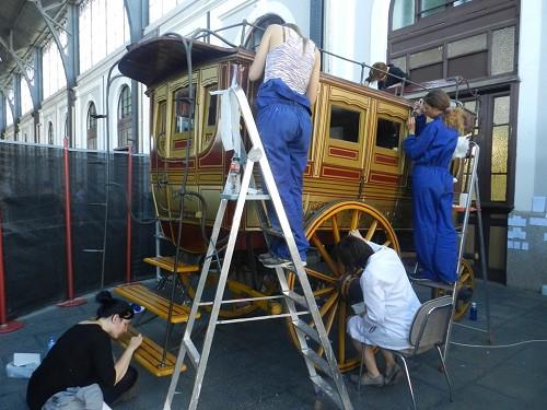 Alumnos de la Escuela Superior de Conservación y Restauración de Bienes Culturales (ESCRBC) de la Comunidad de Madrid restauran un ómnibus de 1861