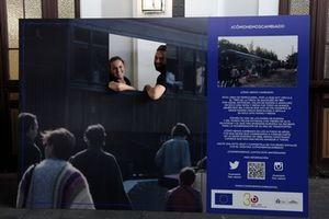 Un photocall permite a los visitantes fotografiarse con el antiguo Tren de la Fresa